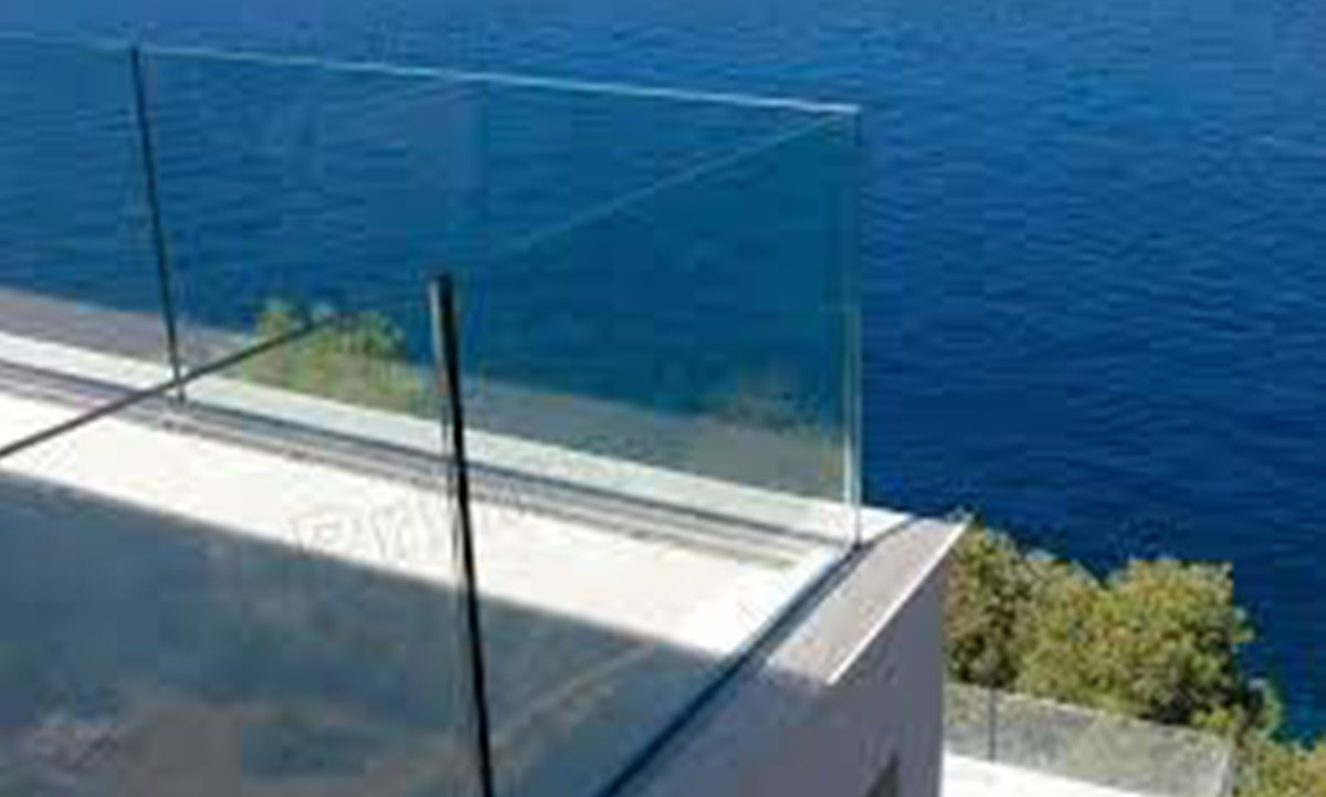 Glasgeländer bei Swimmingpool