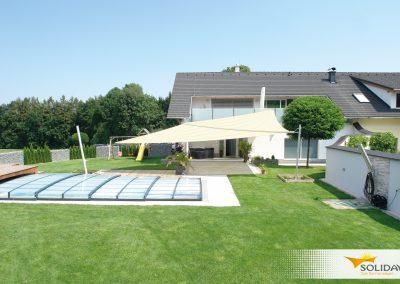 weißes Soliday Sonnensegel bei Pool