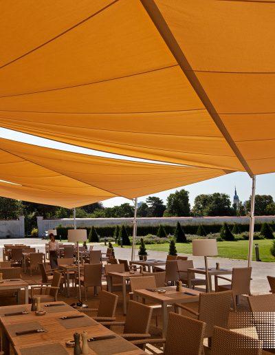 Restaurant mit Gastgarten versehen mit Sonnensegeln von Soliday