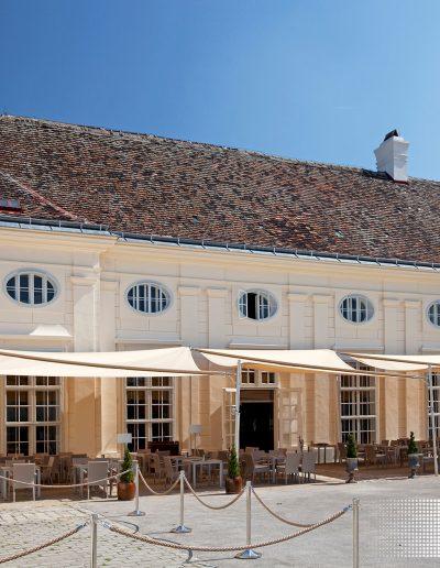 Restaurant mit Gastgarten geschuetzt mit Sonnensegeln von Soliday